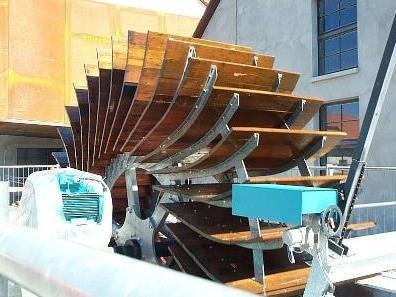Das Wasserrad bei der inatura treibt eine Turbine mit einer Jahresleistung von rund 64.000 KWh an.