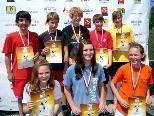 Das erfolgreiche Team mit ihren Urkunden und Medaillen.