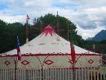 Das kolossale Zirkuszelt hat ein Fassungsvermögen von Tausend Personen und macht den Festplatz Oberau zum Blickfang