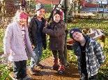 Die Kinder haben ihren Naturspielplatz schon lange vor der Eröffnung in Beschlag genommen.