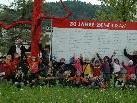 Die Kindergartenkinder freuen sich riesig über den neuen, roten Kletterbaum.