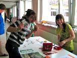 Die Schüler der 1 d-Klasse freuten sich ob ihrer Einnahmen für Verkäufe aus Basteleien, welche sie spenden möchten