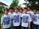 Die Schüler und Schülerinnen der VS Dornbirn Markt freuen sich über die neuen Schul T-Shirts.