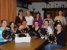 """Die acht Frauen sind sichtlich stolz auf ihre neuen """"Sanderhüte"""""""