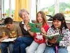 Einmal im Monat kommen die Senioren als Lesepaten in die Klasse.