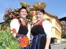 Hübsche Lingenauerinnen beim Dorfbrunnen in Lingenau