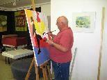 Im Atelier am Kirchplatz werden Werke von Künstlern aus der Partnergemeinde Ladis gezeigt.