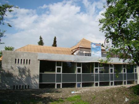 Im Zubau sind schon die Fenster eingesetzt, und es wurde mit dem Innenausbau begonnen.