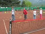 Kinder in Aktion beim kleinen Tennisnetz