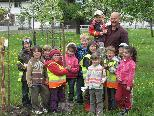 Kindergartenkinder pflanzten einen Apfelbaum
