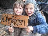 """Leevi und Jonatan verkauften """"Ohrfeigen"""" (finnisches Nationalgebäck)."""