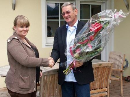 Norbert Carotta heißt Magdalena Berchtel im Verein willkommen.