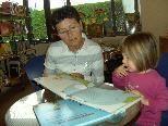 """Rosmarie Marte erzählt Rebecca das Bilderbuch """"Kammfu mir helfen?"""""""