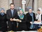 Türkische Frauen und Yasar Aydemir mit süßen Köstlichkeiten.