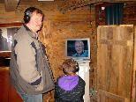 Vater und Sohn besuchten gemeinsam die neue Ausstellung im Küefer-Martis-Huus
