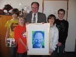 Übergabe des Porträts von Dominik Mair an Bürgermeister Werner Huber. Mit Sven, Max und Simon aus der 3 d-Klasse der Haupt- und Mittelschule Götzis
