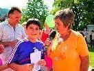 """Als Sieger vom Quiz """"Fest der Kulturen"""" ging Renan Eker hervor (im Bild mit Ilse Mock)"""