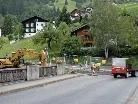 Asphaltierungsarbeiten führen zu einer Straßensperre in Gaschurn.