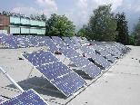 Auf dem Dach der Volksschule wird in Mäder die zweite Fotovoltaik-Anlage errichtet.