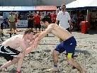 Aus der Halle direkt zum Publikum: Beim Beach Wrestling Turnier wurden spannende Kämpfe im Sand geboten.