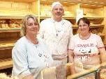 Bäckermeister Manfred Kuster mit seinen Mitarbeiterinnen Evi Mathis und Josefine Fink.