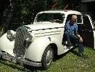 Der Götzner Haupt- und Mittelschullehrer Reinhard Häfele mit seinem Mercedes 170 DS / Baujahr 1952