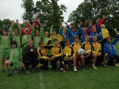 Die Knaben der Sportmittelschule Nenzing freuten sich über ihren Sieg im Faustball.