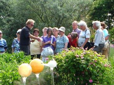 Dipl. Bernd Dittrich führt die Gruppen selbst durch den Kräutergarten.