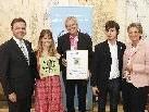 Dir. Reinhold Rinner, Fabienne Gilet und Dominik Bartenstein bei der Auszeichnung.