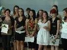 Ein Teil der Absolventen, die das freiwillige soziale Jahr abgeschlossen haben. Freude über die Zertifikate