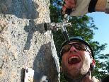 Ein besonderer Gag stellt dieser Zapfhahn inmitten des Klettersteiges dar