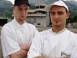 Felix Hoffmann (li) und Küchenchef Jo Macho (re) kochen sich auf Erfolgskurs im Flugplatzrestaurant