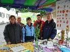 GR Daniela Burgstaller, Traudl Müller (Verein Eine Welt), Hanni Lins (Bio Austria), Margit Hecht (Naturschutzbund) und Franz Amort (Arche Noah) beim Infostand am Rankweiler Mittwochmarkt