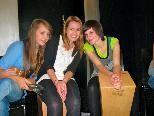Gemeinsames Trommeln verbindet wissen auch diese drei Schülerinnen von der HLW