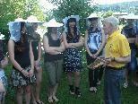 Interessierte Jugendliche beim offen Bienenvolk