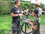 Jugendliche möbeln ihre Fahrräder auf