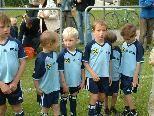 Klein und Groß feiern den Saisonabschluss des FC Au.