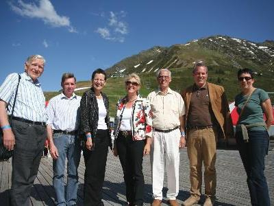 Landesrätin Greti Schmid, die Bürgermeister Karl Hueber (Schruns) und Lothar Ladner (Lorüns) sowie Willi Hagleitner (Familienverband) und Franz Fischer, Obmann der Hauskrankenpflege Vorarlberg, bedankten sich bei den Frauen für Ihren Einsatz.
