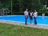 Martin Netzer, Bürgermeister von Gaschurn mit dem Bademeisterteam des Schwimmbads Partenen, Walburga und Sarah Schneeweiß vor de neuen Slackline