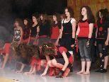 """Mit dem """"Tanz der Vampire"""" sorgte die 2b Klasse für die entsprechende gruselige Stimmung."""
