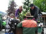 OGV-Team beim verteilen der Blumenrohre