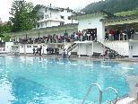 Regen bei der Eröffnung des Freibades in Riezlern.