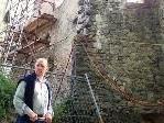 Richard Mathis vor der Ostmauer des Palast.