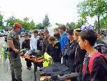 Schüler beim Infostand der Militärpolizei