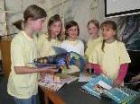 Schülerinnen der Selekta-Klasse der ÖKO-Mittelschule Mäder wählten Selektissima-Bücher aus.