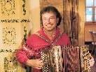 Albert Hager mit seiner Ziehharmonika. Er findet immer wieder Zeit zum Musizieren.