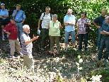 BU sm_gemeinde_steinwald: Herbert Ehrne von den Stadtwerken informierte über die alte Wasserfassung im Tilliswald.