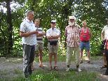 """Bgm. Gottfried Brändle informierte über den erhaltenswerten """"Sauwinkel"""" in Altach."""