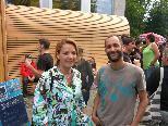 Bild: Initiant und Motor des Poolfestivals Herwig Bauer mit Landesrätin Dipl.-Vw. Andrea Kaufmann.