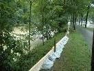 Der Damm bei den Sportanlagen wurde mit Brettern und Sandsäcken erhöht.